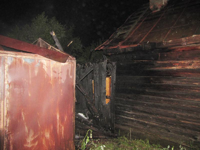 Огонь перекинулся на соседский дом